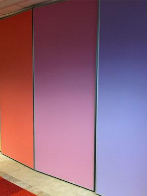 travaux de réfection de peinture extérieure sur un encadrement de porte d'entrée